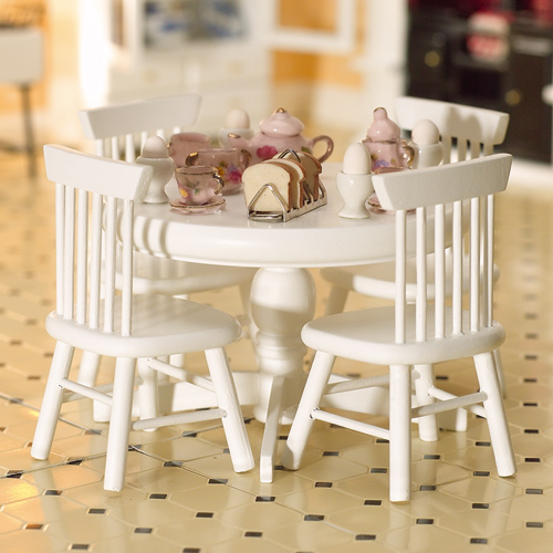 Furniture 2142 - White table on pedestal + chairs